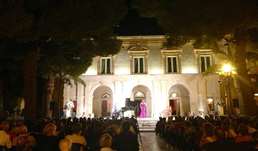 https://www.ragusanews.com//immagini_articoli/02-08-2017/spettacoli-villa-anna-500.jpg