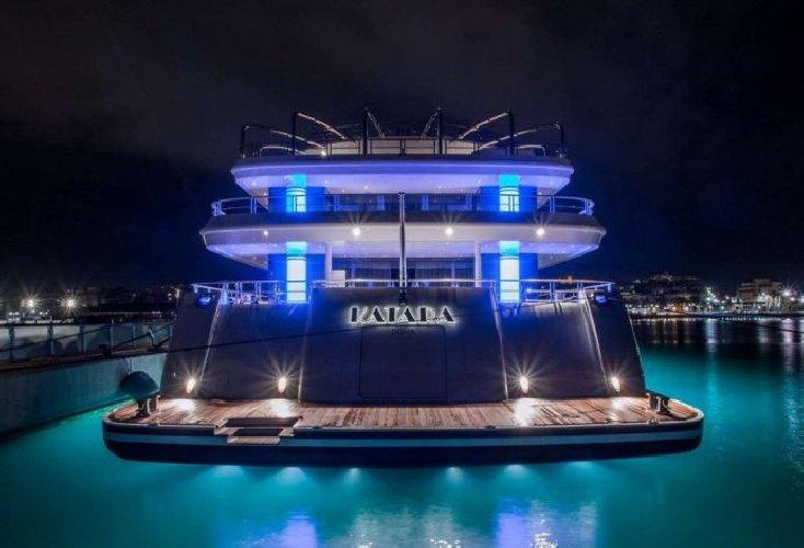 https://www.ragusanews.com//immagini_articoli/02-08-2018/1533240898-yacht-arrivato-katara-2-500.jpg