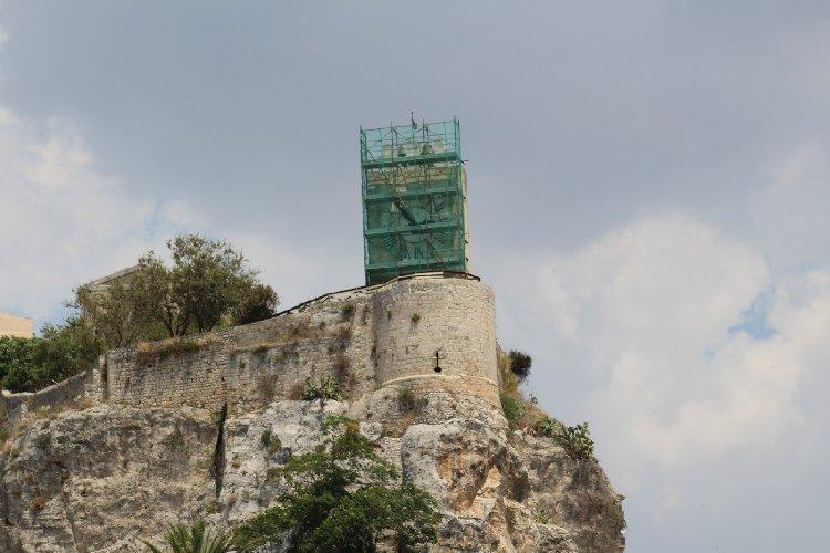 https://www.ragusanews.com//immagini_articoli/02-08-2018/lavori-corso-castello-conti-modica-500.jpg
