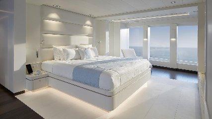 https://www.ragusanews.com//immagini_articoli/02-08-2019/1564777668-tenetevi-forte-e-arrivato-home-lo-yacht-ibrido-che-non-inquina-foto-4-240.jpg