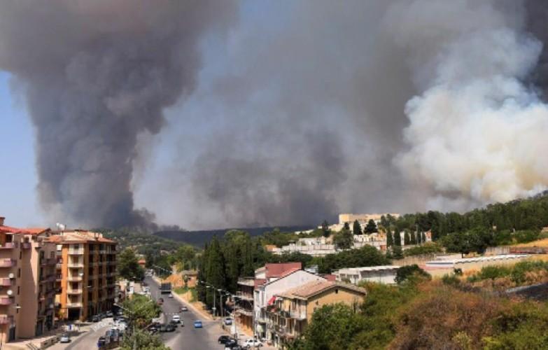 https://www.ragusanews.com//immagini_articoli/02-08-2020/sicilia-nella-morsa-degli-incendi-evacuate-case-a-piazza-armerina-500.jpg