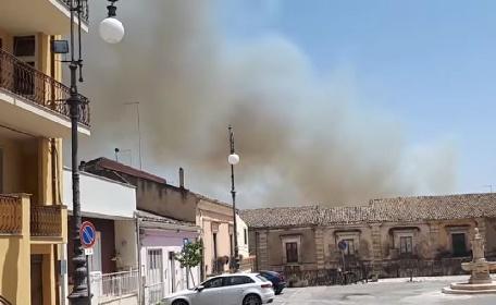 https://www.ragusanews.com//immagini_articoli/02-08-2021/gli-incendi-arrivano-nel-ragusano-fiamme-vicino-vittoria-video-280.jpg