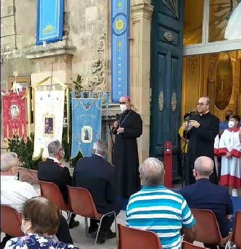 https://www.ragusanews.com//immagini_articoli/02-08-2021/il-vescovo-la-placa-a-chiaramonte-per-il-santissimo-salvatore-video-500.jpg