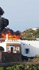 https://www.ragusanews.com//immagini_articoli/02-08-2021/panarea-a-fuoco-la-terrazza-vip-dell-hotel-raya-video-280.jpg