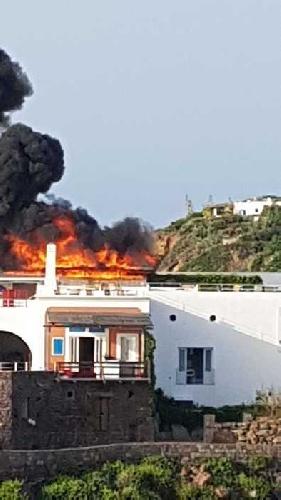 https://www.ragusanews.com//immagini_articoli/02-08-2021/panarea-a-fuoco-la-terrazza-vip-dell-hotel-raya-video-500.jpg