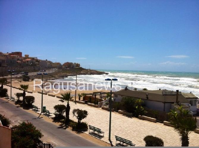 https://www.ragusanews.com//immagini_articoli/02-09-2014/il-mare-si-e-mangiato-la-spiaggia-di-cava-d-aliga-500.jpg