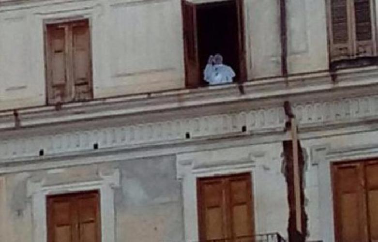 https://www.ragusanews.com//immagini_articoli/02-09-2017/burlone-fatto-apparire-papa-francesco-finestra-palermo-500.jpg