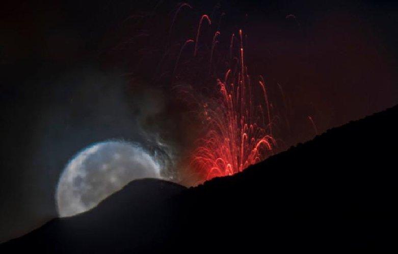 https://www.ragusanews.com//immagini_articoli/02-09-2018/etna-luna-onirica-fontane-lava-500.jpg