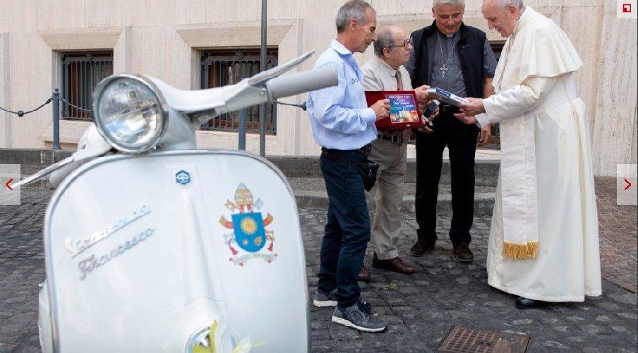 https://www.ragusanews.com//immagini_articoli/02-09-2018/papa-francesco-potra-andare-giro-vaticano-vespa-500.jpg