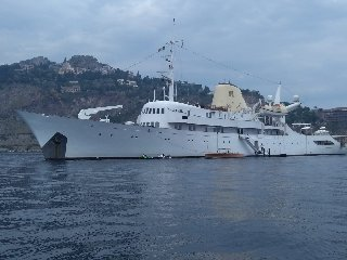 https://www.ragusanews.com//immagini_articoli/02-09-2019/1567418287-lo-yacht-di-onassis-a-taormina-video-1-240.jpg
