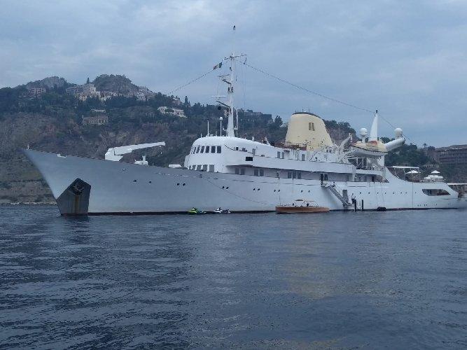 https://www.ragusanews.com//immagini_articoli/02-09-2019/1567418287-lo-yacht-di-onassis-a-taormina-video-1-500.jpg