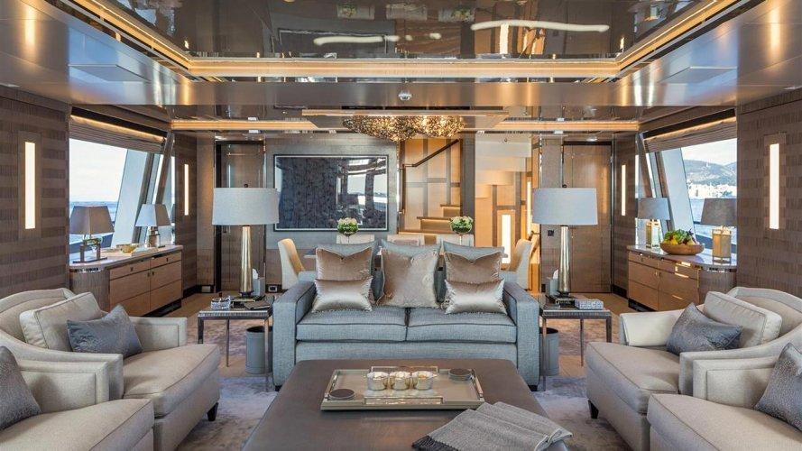 https://www.ragusanews.com//immagini_articoli/02-09-2019/1567421381-yacht-c-e-il-simphony-proprietario-di-louis-vuitton-2-500.jpg