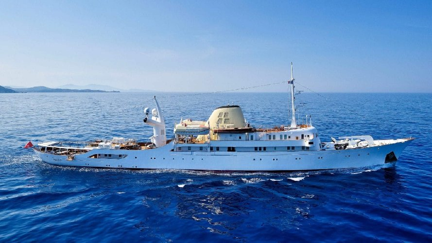 https://www.ragusanews.com//immagini_articoli/02-09-2019/1567421730-lo-yacht-di-onassis-a-taormina-video-1-500.jpg