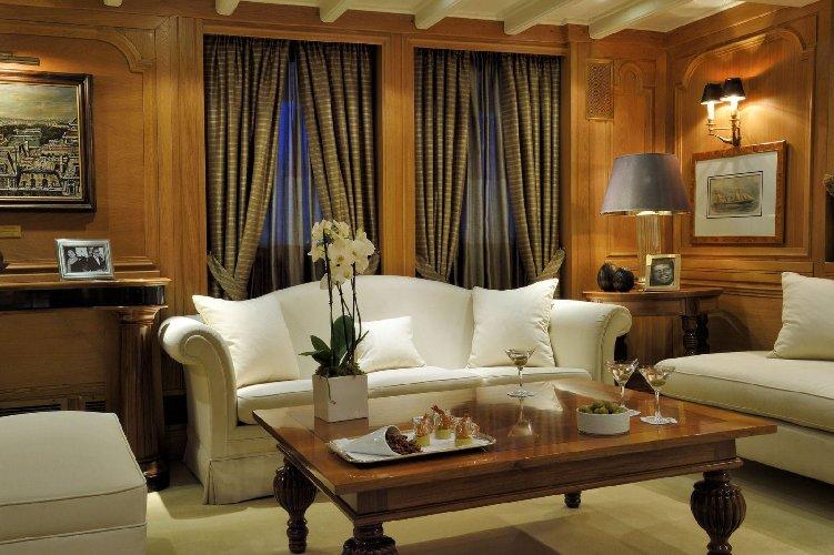 https://www.ragusanews.com//immagini_articoli/02-09-2019/1567421832-lo-yacht-di-onassis-a-taormina-video-1-500.jpg