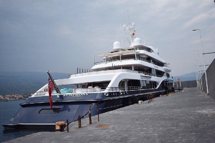 https://www.ragusanews.com//immagini_articoli/02-09-2019/yacht-c-e-il-simphony-proprietario-di-louis-vuitton-500.jpg