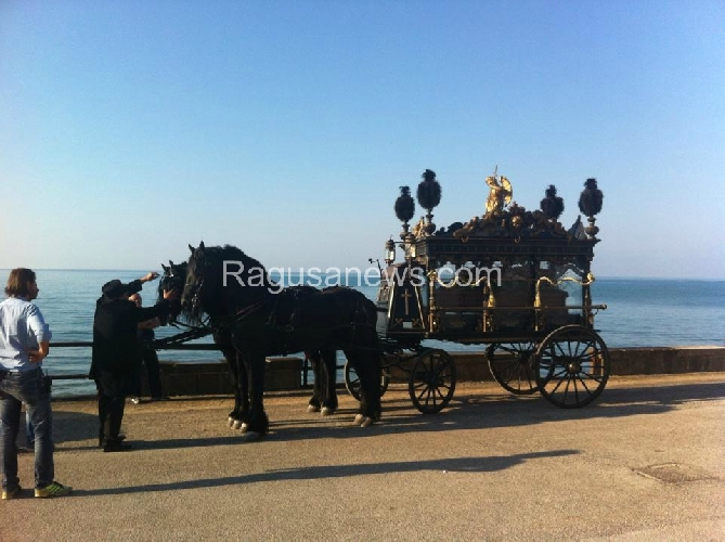 https://www.ragusanews.com//immagini_articoli/02-10-2014/giovane-montalbano-funerale-barocco-in-riva-al-mare-500.jpg
