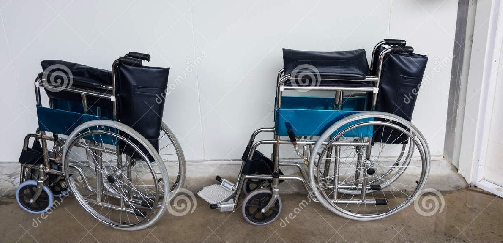 https://www.ragusanews.com//immagini_articoli/02-10-2017/dona-sedie-rotelle-maggiore-memoria-marito-500.jpg