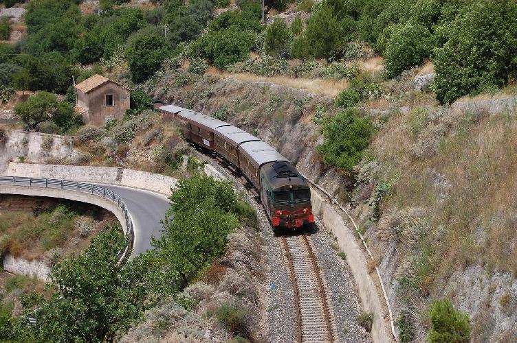 https://www.ragusanews.com//immagini_articoli/02-10-2017/scoperta-territori-vino-gusto-treni-storici-500.jpg