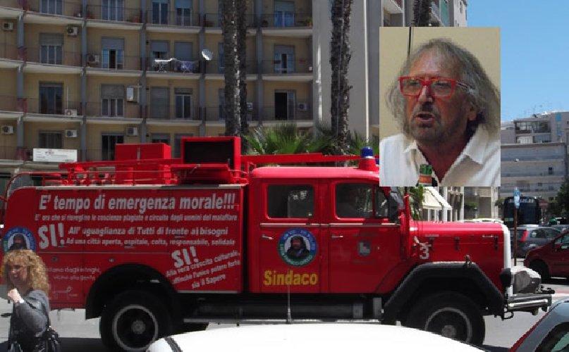 https://www.ragusanews.com//immagini_articoli/02-10-2018/autobotte-pompieri-senatore-franco-greco-500.jpg