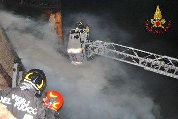 https://www.ragusanews.com//immagini_articoli/02-10-2019/1570002402-va-a-fuoco-una-casa-in-legno-a-fontana-1-240.jpg