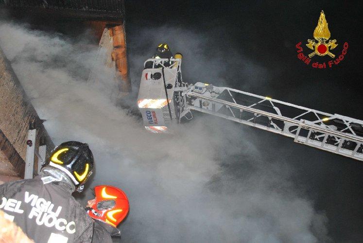 https://www.ragusanews.com//immagini_articoli/02-10-2019/1570002402-va-a-fuoco-una-casa-in-legno-a-fontana-1-500.jpg