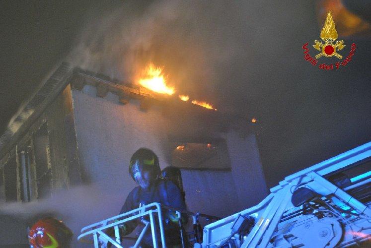https://www.ragusanews.com//immagini_articoli/02-10-2019/va-a-fuoco-una-casa-in-legno-a-fontana-500.jpg