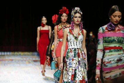 https://www.ragusanews.com//immagini_articoli/02-10-2020/1601633772-patchwork-sicilia-la-nuova-collezione-dolce-gabbana-foto-1-280.jpg