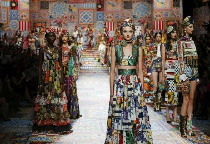 https://www.ragusanews.com//immagini_articoli/02-10-2020/patchwork-sicilia-la-nuova-collezione-dolce-gabbana-foto-500.jpg