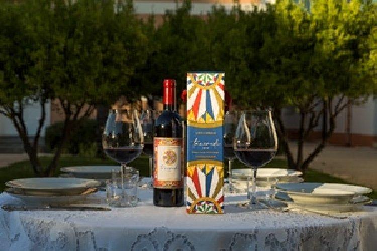 https://www.ragusanews.com//immagini_articoli/02-10-2020/vino-dolce-gabbana-in-edizione-limitata-e-numerata-500.jpg