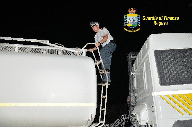 https://www.ragusanews.com//immagini_articoli/02-11-2018/contrabbando-carburante-vitoria-dieci-denunciati-500.jpg