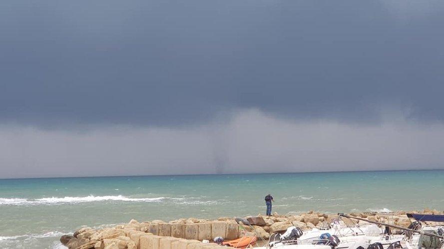 https://www.ragusanews.com//immagini_articoli/02-11-2018/tromba-marina-largo-coste-ragusane-video-500.jpg
