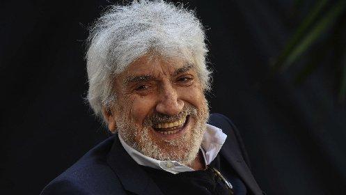 https://www.ragusanews.com//immagini_articoli/02-11-2020/gigi-proietti-e-le-origini-siciliane-di-vittoria-280.jpg