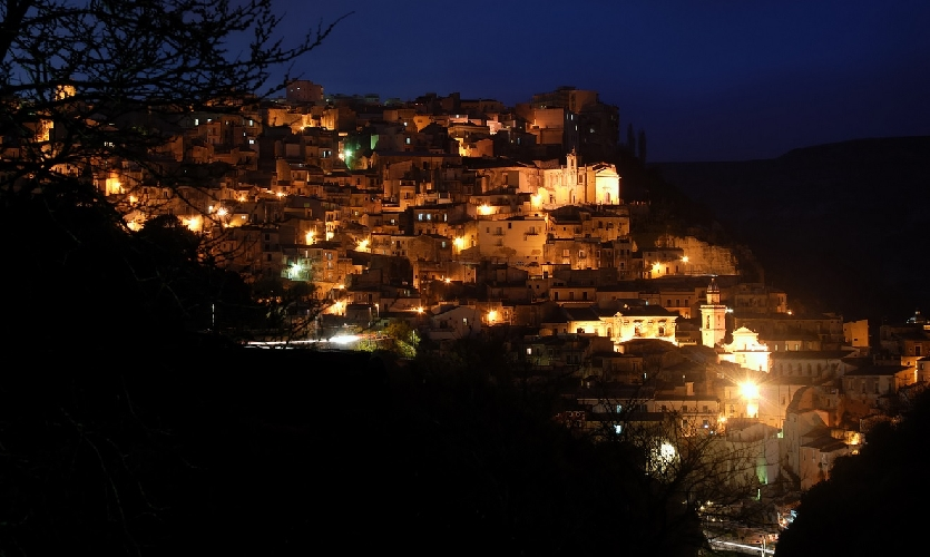 http://www.ragusanews.com//immagini_articoli/02-12-2014/se-dormi-a-ibla-a-natale-hai-lo-sconto-del-20-500.jpg