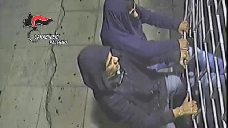 https://www.ragusanews.com//immagini_articoli/02-12-2016/arrestati-i-ladri-che-spaccano-vetrine-420.jpg