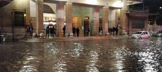 https://www.ragusanews.com//immagini_articoli/02-12-2019/piove-una-bomba-d-acqua-paralizza-roma-capitale-sott-acqua-240.jpg