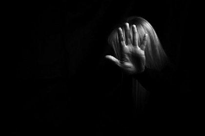 https://www.ragusanews.com//immagini_articoli/02-12-2020/enna-stacca-la-corrente-per-violentarla-al-buio-arrestato-36enne-280.jpg