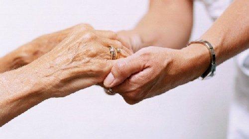 https://www.ragusanews.com//immagini_articoli/02-12-2020/rivede-la-figlia-on-line-ma-il-cuore-non-regge-muore-di-infarto-280.jpg