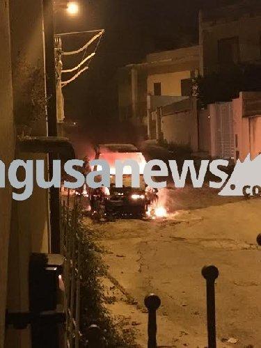 https://www.ragusanews.com//immagini_articoli/03-01-2018/fuoco-unauto-donnalucata-500.jpg