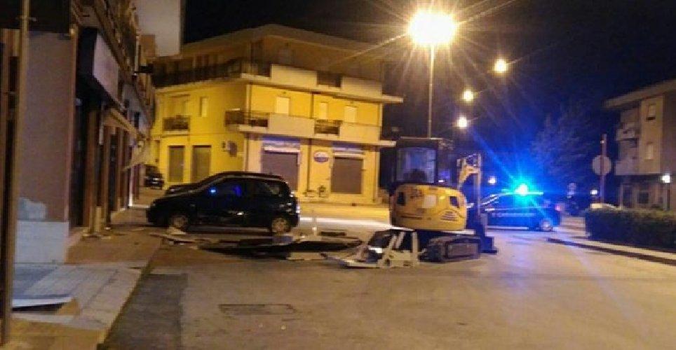 https://www.ragusanews.com//immagini_articoli/03-01-2018/palazzolo-furto-banca-agricola-bancomat-prelevato-escavatore-500.jpg
