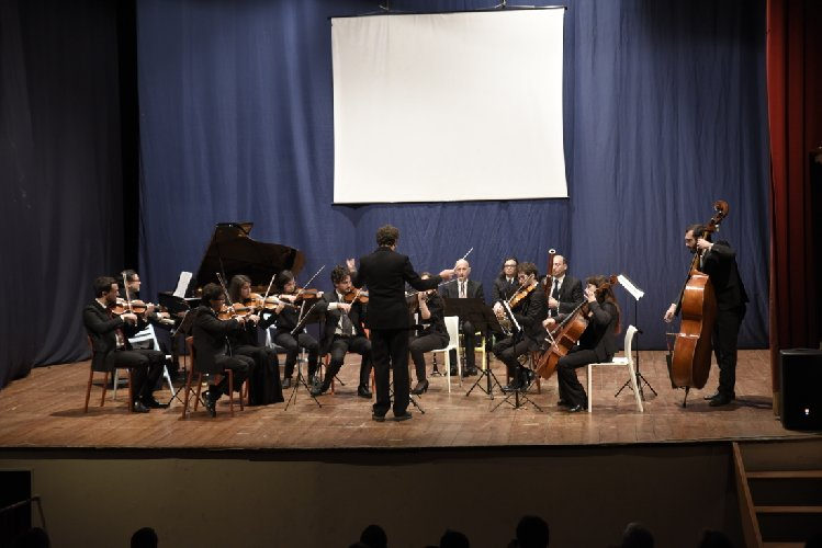 http://www.ragusanews.com//immagini_articoli/03-01-2018/vittoria-concerto-capodanno-apre-stagione-teatrale-colonna-500.jpg