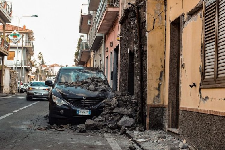 https://www.ragusanews.com//immagini_articoli/03-01-2019/terremoto-etna-montepaschi-stanza-milioni-500.jpg
