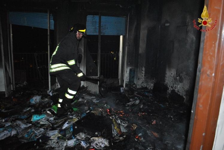 http://www.ragusanews.com//immagini_articoli/03-02-2016/incendio-al-grattacielo-di-ragusa-500.jpg