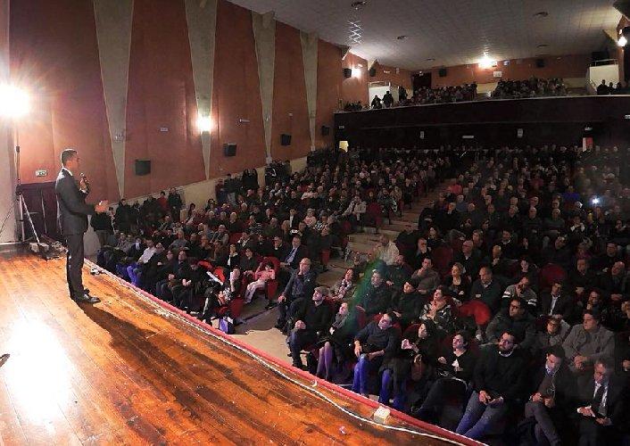 https://www.ragusanews.com//immagini_articoli/03-02-2018/luigi-maio-teatro-italia-stracolmo-scicli-video-500.jpg