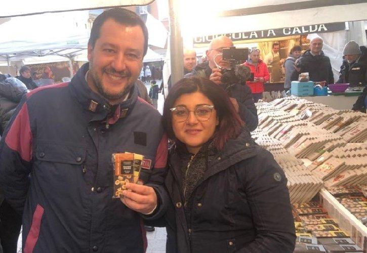 https://www.ragusanews.com//immagini_articoli/03-02-2019/salvini-mangia-cioccolata-modica-buona-nutella-500.jpg