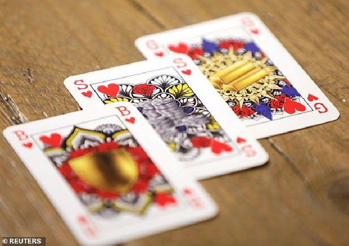 https://www.ragusanews.com//immagini_articoli/03-02-2021/1612343858-il-nuovo-mazzo-di-carte-che-rispetta-la-parita-di-genere-foto-4-500.jpg
