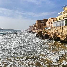 https://www.ragusanews.com//immagini_articoli/03-02-2021/1612345463-pozzallo-zona-blu-lo-splendido-mare-d-inverno-foto-video-2-280.jpg