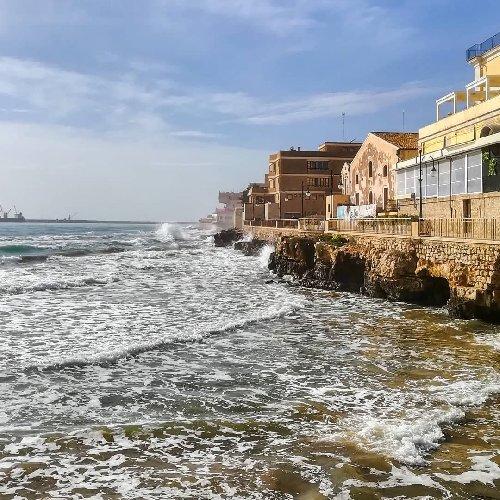 https://www.ragusanews.com//immagini_articoli/03-02-2021/1612345463-pozzallo-zona-blu-lo-splendido-mare-d-inverno-foto-video-2-500.jpg