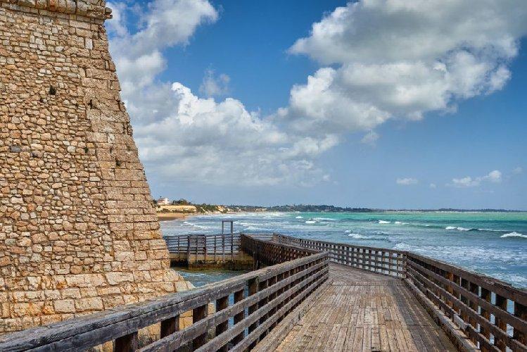 https://www.ragusanews.com//immagini_articoli/03-02-2021/1612345463-pozzallo-zona-blu-lo-splendido-mare-d-inverno-foto-video-3-500.jpg