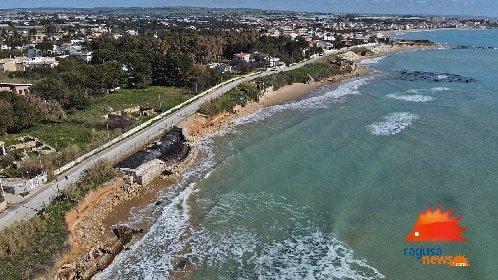 https://www.ragusanews.com//immagini_articoli/03-02-2021/1612381568-spiaggia-di-caucana-cronaca-di-un-crollo-annunciato-1-280.jpg