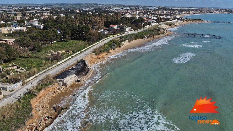 https://www.ragusanews.com//immagini_articoli/03-02-2021/1612381568-spiaggia-di-caucana-cronaca-di-un-crollo-annunciato-1-500.jpg